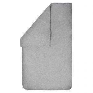 Dekbedovertrek Bo grijs 100x135, gemaakt van een mooie chambray in de kleur grijs met rondom een stoer wit dubbel stiksel.
