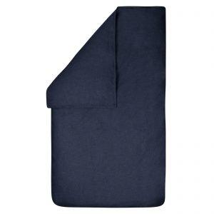 Dekbedovertrek Bo jeans 100x135, gemaakt van een mooie chambray in de kleur jeans (donkerblauw) met rondom een stoer wit dubbel stiksel.