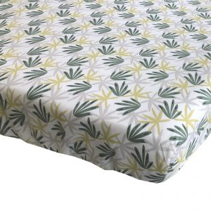 BINK Bedding hoeslaken Seb met leuke bladeren print in tijmgroen, limegroen en lichtgrijs op een frisse witte ondergrond voor het 1-persoons matras 90x200.