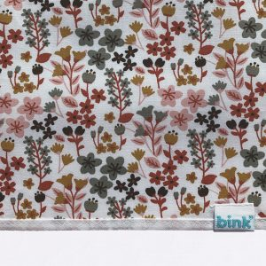 BINK Bedding ledikantlaken 100x150 Dees met een vrolijk gebloemde print in mooie warme kleuren zoals oudroze, oudgroen en okergeel op een frisse witte ondergrond.