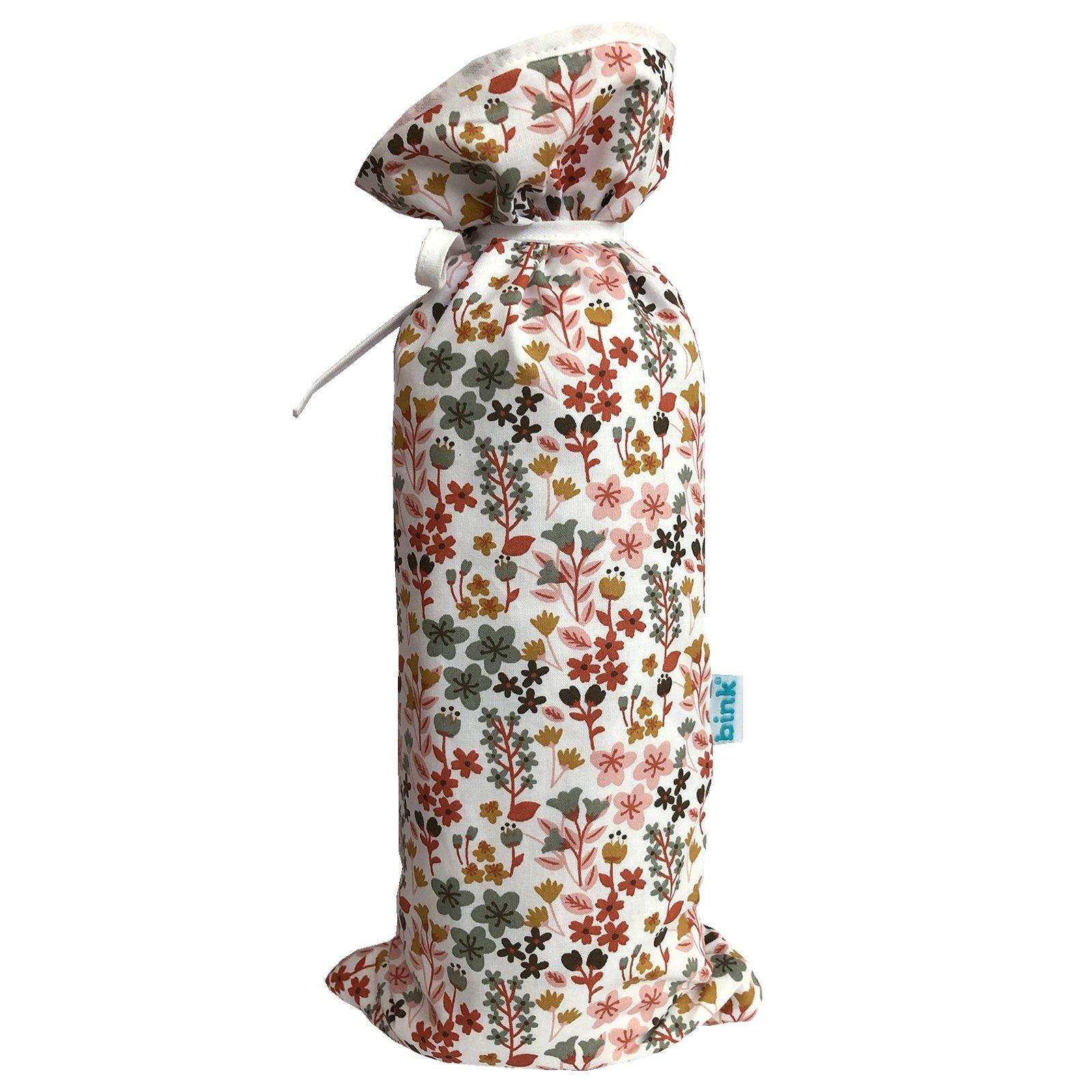 BINK Bedding kruikenzak Dees met een vrolijk gebloemde print in mooie warme kleuren zoals oudroze, oudgroen en okergeel op een frisse witte ondergrond.