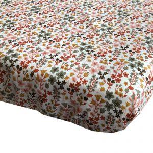 BB120581 BINK Bedding hoeslaken Dees 70x150 voor het peuter matras met een vrolijk gebloemde print in mooie warme kleuren zoals oudroze, oudgroen en okergeel op een frisse witte ondergrond.