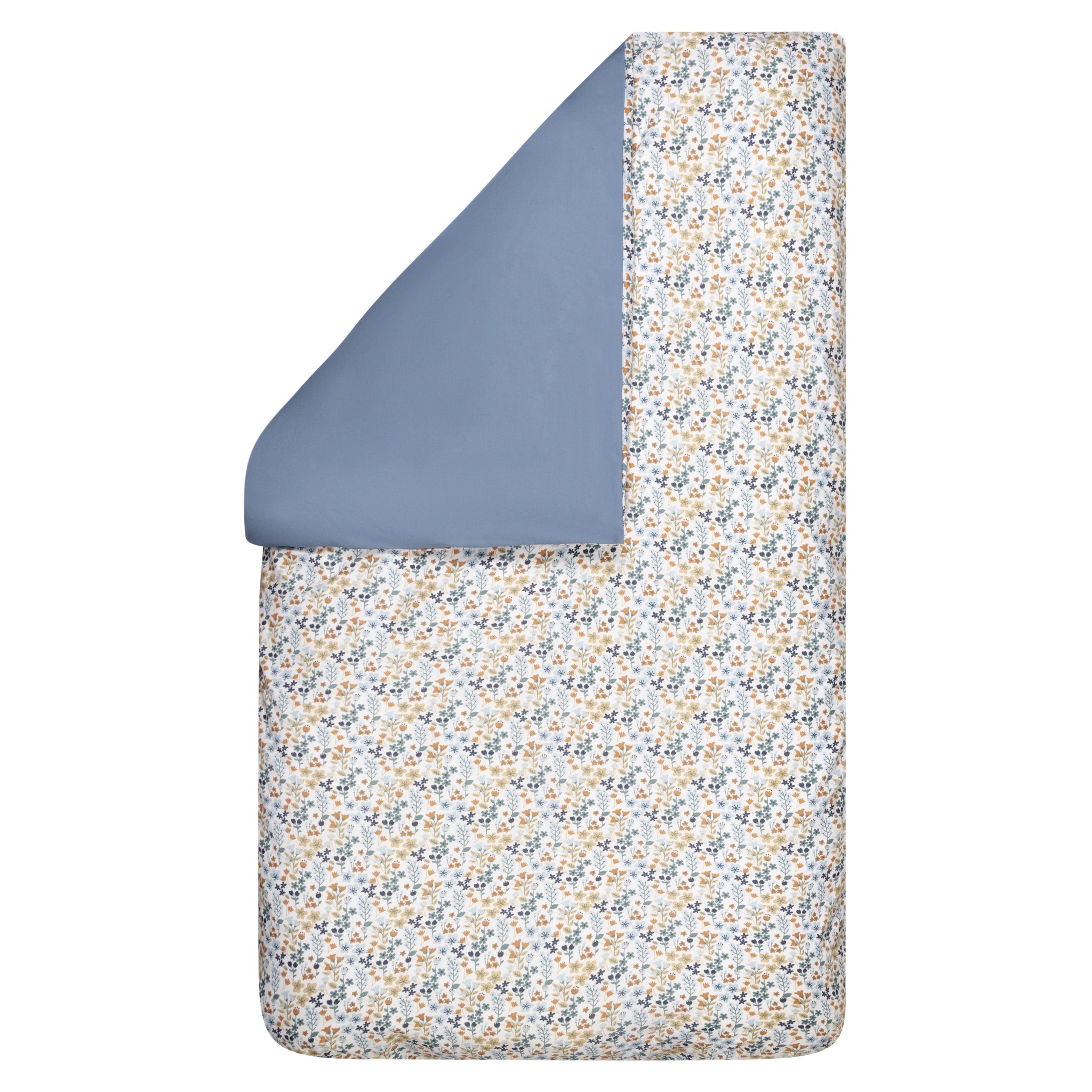 BINK Bedding dekbedovertrek ledikant 100x135 Daan met een vrolijk gebloemde print in mooie kleuren zoals blauw, zand en roestbruin op een frisse witte ondergrond.