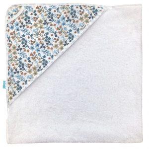 BINK Bedding badcape met een capuchon en handige ophanglus met vrolijk gebloemde print in mooie kleuren zoals blauw, zand en roestbruin op een frisse witte ondergrond.