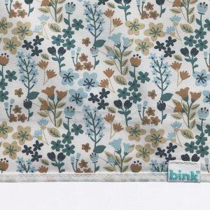 BINK Bedding ledikantlaken 100x150 cm Daan met een vrolijk gebloemde print in mooie kleuren zoals blauw, zand en roestbruin op een frisse witte ondergrond.