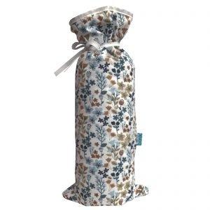 BINK Bedding kruikenzak met een vrolijk gebloemde print in mooie kleuren zoals blauw, zand en roestbruin op een frisse witte ondergrond.