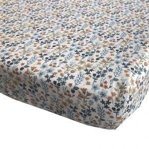 BINK Bedding hoeslaken Daan voor het ledikant 60x120 cm met een vrolijk gebloemde print in mooie kleuren zoals blauw, zand en roestbruin op een frisse witte ondergrond.