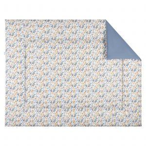 BINK Bedding boxkleed 80x100 Daan met een vrolijk gebloemde print in mooie kleuren zoals blauw, zand en roestbruin op een frisse witte ondergrond.