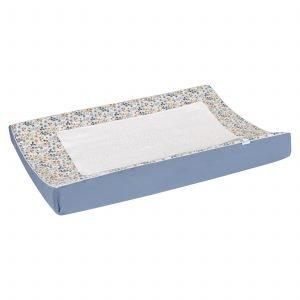 BINK Bedding waskussenhoes Daan met een handig afneembaar dekje in een vrolijk gebloemde print in mooie kleuren zoals blauw, zand en roestbruin op een frisse witte ondergrond.