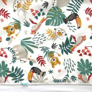 BB120911 BINK Bedding ledikantlaken 100x150 cm Zoë met kleurrijke toekans, luiaards, tijgers, apen, pagegaaien en bladeren op een witte ondergrond.